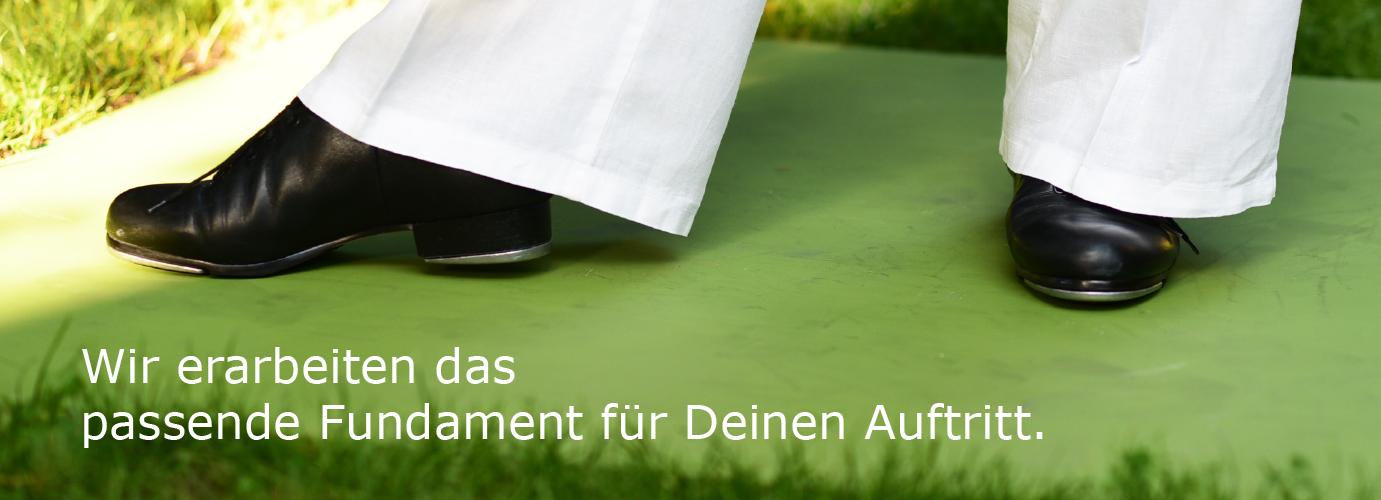 Fundament für Deinen Auftritt – Stepptanz auf grünem Holzbrettrett